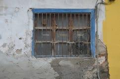 Fenster mit dem Zerreiben auf dem alten Haus Stockfoto