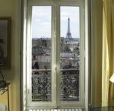 Fenster mit Eiffelturm in Paris Stockbilder