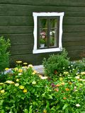 Fenster mit einem Flower-bed Stockfotografie