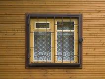 Fenster mit einem Gitter stockfotos