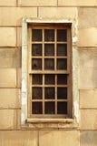 Fenster mit einem Gitterrahmen Stockfotos
