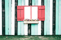 Fenster mit einem hölzernen Fensterladen stockfotos