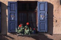 Fenster mit floser Kasten in Deutschland Stockfotografie