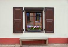 Fenster mit geöffneten Blendenverschlüssen Stockbild
