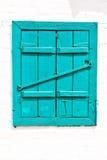 Fenster mit geschlossenen hölzernen gemalten blauen Blendenverschlüssen Lizenzfreies Stockbild
