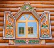 Fenster mit geschnitzten Fensterläden Stockfotos