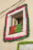 Fenster mit Girlande und Markierungsfahne in Portugal. Stockfoto