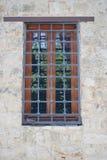 Fenster mit Gitter lizenzfreie stockfotografie