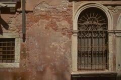 Fenster mit Gittern stockbild