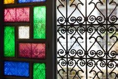Fenster mit Glas- und arabischer gefärbt Grill in Marrakesch lizenzfreie stockfotografie