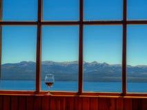Fenster mit Glas Wein Stockfoto