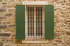 Fenster mit grünen Blendenverschlüssen Stockfotografie