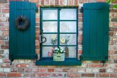 Fenster mit grünen Blendenverschlüssen Lizenzfreies Stockfoto