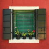 Fenster mit grünen Blendenverschlüssen Burano Venedig Stockbild