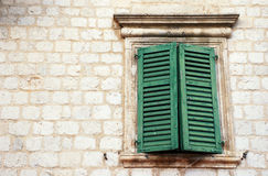 Fenster mit grünen Blendenverschlüssen in der alten Wand (Italien) stockbilder