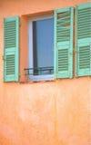 Fenster mit grünen schädigenden Blendenverschlüssen in Frankreich Lizenzfreie Stockbilder