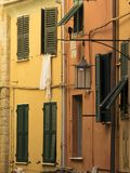 Fenster mit hängender Kleidung Stockbilder