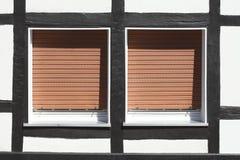 Fenster mit heruntergezogen schließt Fensterläden Lizenzfreies Stockbild