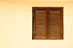 Fenster mit hölzernen Fensterläden Stockfoto