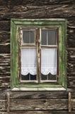 Fenster mit Holzrahmen im alten Haus Stockfotos