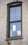 Fenster mit Lampe und Bücher und Backsteinbau Stockfoto