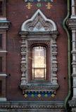 Fenster mit Laubsägearbeit in der pseudo-russischen Art lizenzfreies stockbild
