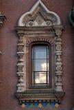Fenster mit Laubsägearbeit in der pseudo-russischen Art stockfotos