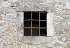 Fenster mit Metallstangen stockbild