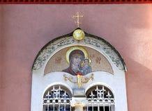 Fenster mit Mosaik, dem russischen doppelköpfigen Adler und einem Ortho Stockfotografie