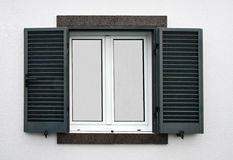 Fenster mit offenen Fensterläden lizenzfreie stockbilder