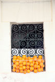 Fenster mit Orangen Stockfotos