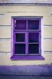 Fenster mit purpurrotem Rahmen lizenzfreie stockfotografie