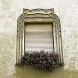 Fenster mit rosa Blumen Lizenzfreies Stockfoto