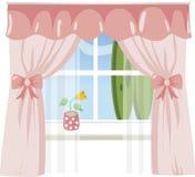 Fenster mit rosafarbenen Trennvorhängen Stockfoto