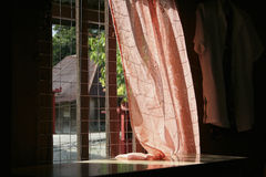 Fenster mit rotem Vorhang lizenzfreies stockfoto