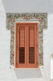 Fenster mit roten Blendenverschlüssen Lizenzfreies Stockbild