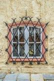 Fenster mit Schmiedeeisenstangen lizenzfreie stockbilder