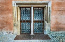 Fenster mit Schmiedeeisenstangen lizenzfreie stockfotografie