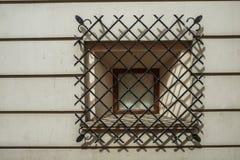 Fenster mit Schmiedeeisenstangen lizenzfreies stockfoto