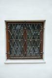 Fenster mit Schmiedeeisenstangen stockfotos