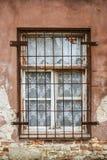 Fenster mit Schmiedeeisenstangen stockbilder