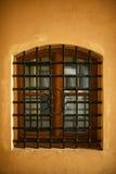 Fenster mit Schmiedeeisenstangen stockfoto