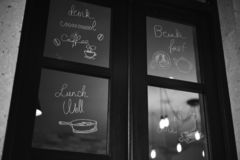 Fenster mit Schreiben stockfoto