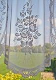 Fenster mit Spitzengardine Stockfotografie