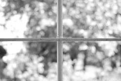 Fenster mit Stäben eines mittelalterlichen Gebäudes Lizenzfreies Stockfoto