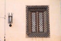 Fenster mit Stangen und Lampe Stockfoto