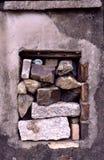 Fenster mit Steinen stockfoto