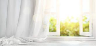 Fenster mit Trennvorhang Stockbild