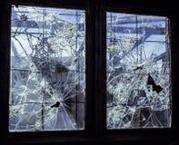 Fenster mit unterbrochenem Glas stockbilder
