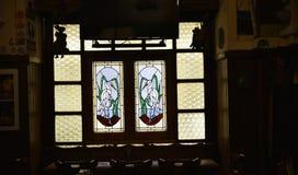 Fenster mit Vögeln im Restaurant und im Bierkeller in Rom Italien Lizenzfreie Stockbilder